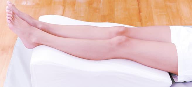 Cuscino per alzare le gambe: un buon rimedio per le vene varicose