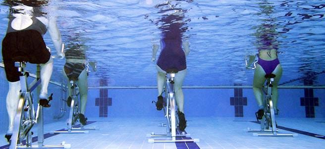 Esercizi in acqua per muovere le gambe e prevenire o curare le vene varicose
