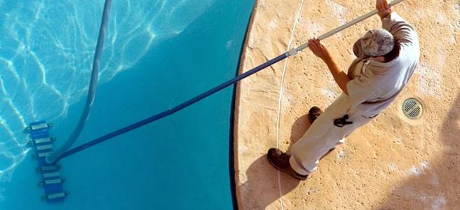 Spazzolatura delle piscine interrate per la corretta manutenzione