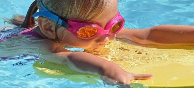 Cosa portare per i bambini in piscina?